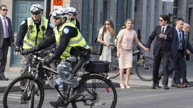 Des policiers du SPVM patrouillent à vélo alors que le premier ministre du Canada, Justin Trudeau, et son épouse, Sophie Grégoire-Trudeau, se rendent à un événement.