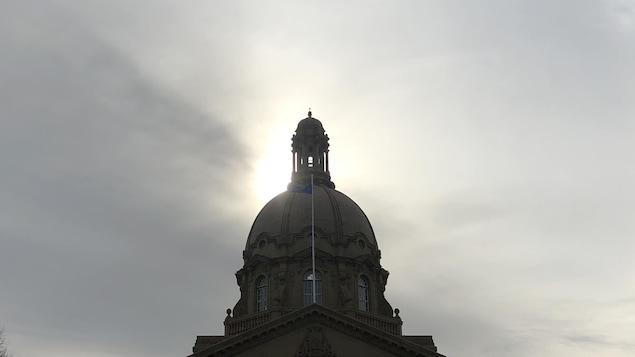 Le soleil brille derrière le dôme de l'assemblée provinciale d'Edmonton.