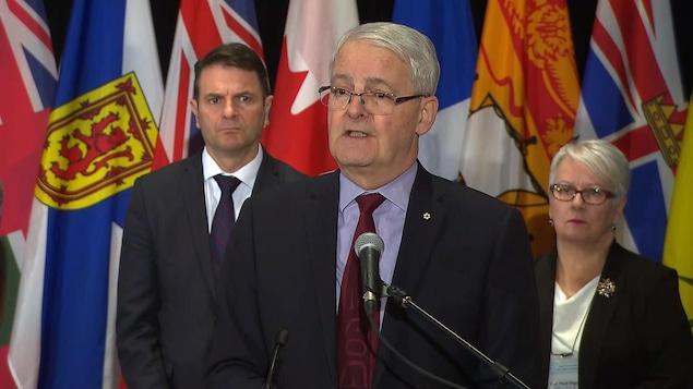Le ministre Marc Garneau en conférence de presse