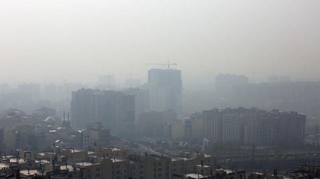 Une vue générale de Téhéran, en Iran, où un épais nuage recouvre la ville et l'horizon.
