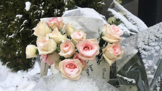 Un bouquet de 14 roses avec le nom de chaque victime a été déposé en leur mémoire en ce 6 décembre.