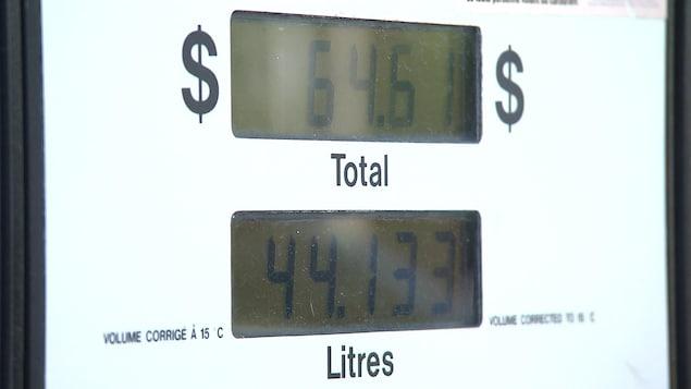 Différents facteurs influencent le prix de l'essence à la pompe.