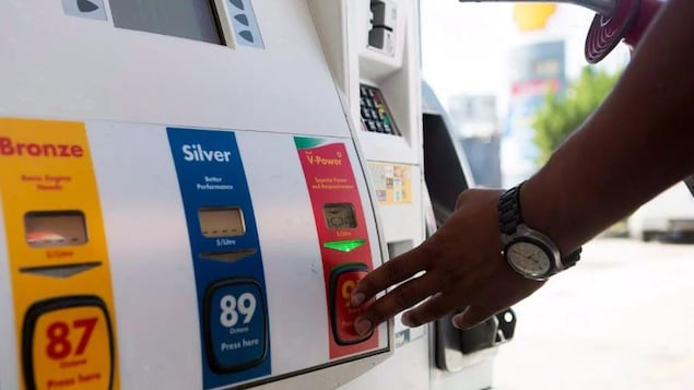 Une pompe à essence dans une station-service.