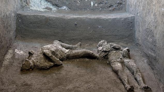 Les corps de deux hommes tués par l'éruption du Vésuve, à Pompéi.