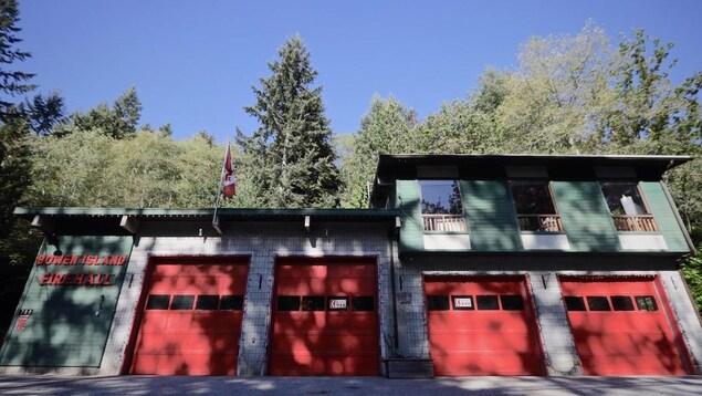 Une caserne de pompiers.