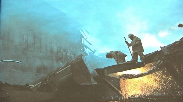 Deux secouristes sur des décombres.