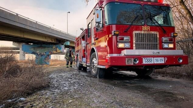 Un camion de pompiers près d'une route