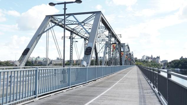 Le pont Alexandra, photographié lors d'une journée ensoleillée.