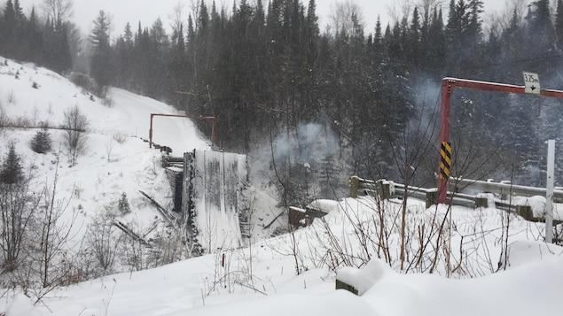 Les décombres du pont au lendemain de l'incendie.