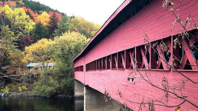 Le pont enjambe la rivière Gatineau, vers des arbres aux coloris automnaux.