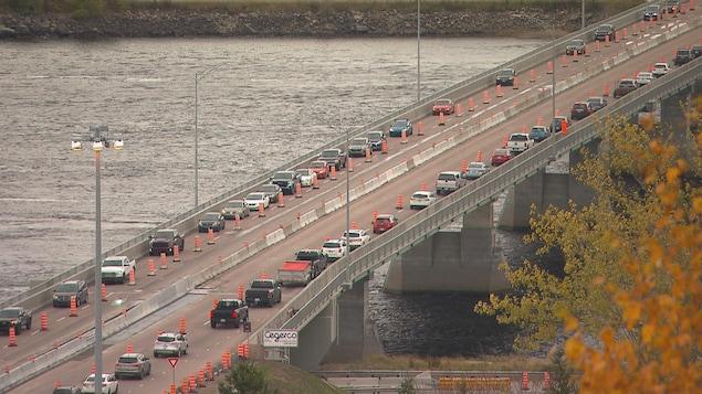 Des voitures sur un pont.