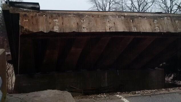 La partie du pont qui s'est brisée.