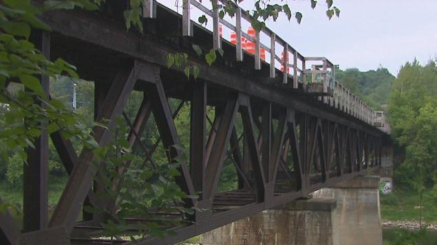 Le pont ferroviaire qui surplombe la rivière Saint-François, à Sherbrooke.