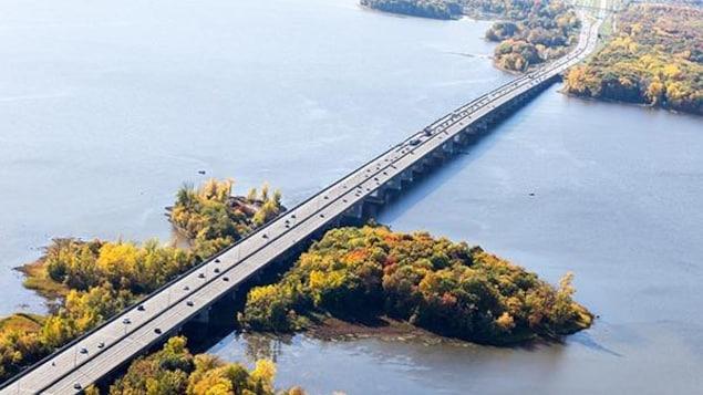Vue aérienne du pont de l'Île-aux-Tourtes.
