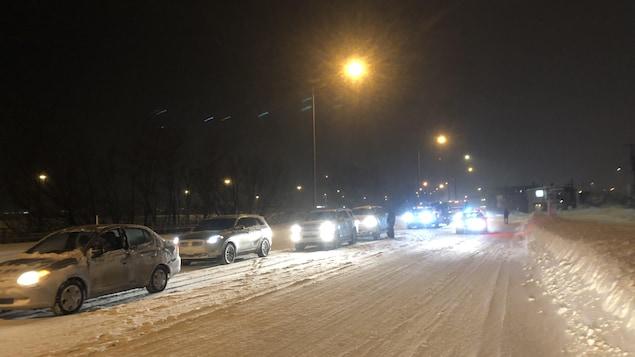 Des voitures en file lors d'une tempête de neige à Québec, le 27 février 2020