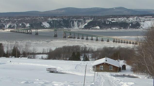 Le pont de l'île d'Orléans photographié en hiver.
