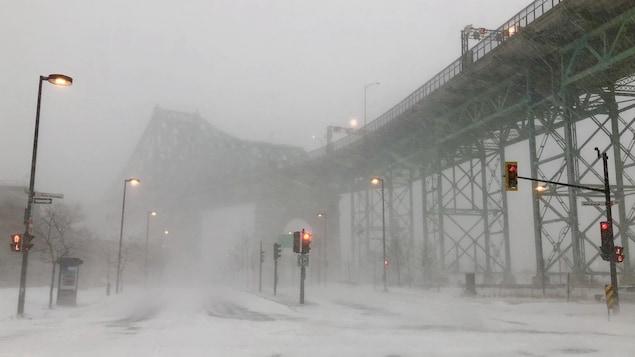 Le pont Jacques-Cartier, à Montréal, sous la tempête hivernale.