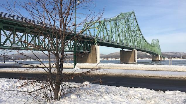 Le pont J.C. Van Horne est opéré par le gouvernement fédéral.