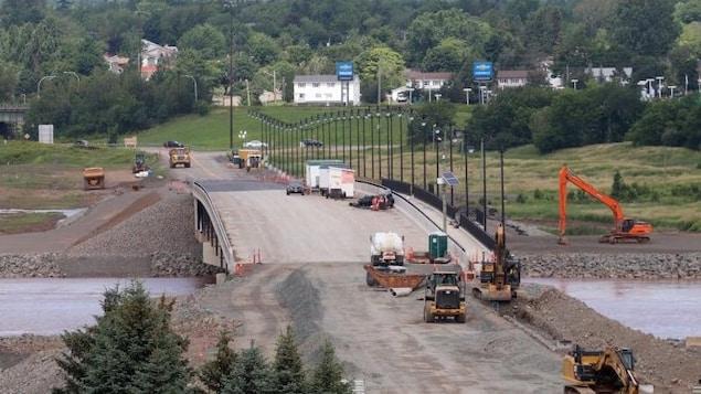 Le pont de la Petitcodiac en construction.