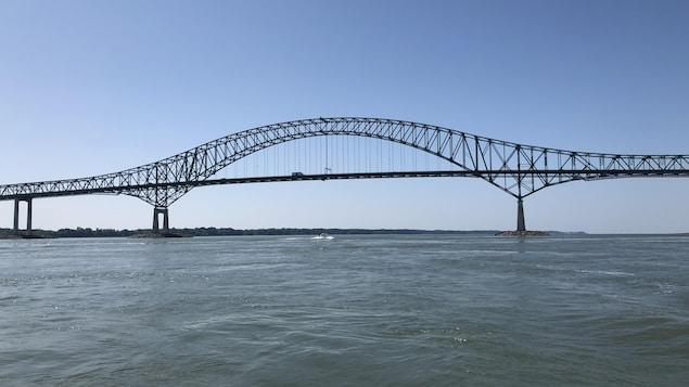 Photo de la structure du pont laviolette prise à partir du fleuve Saint-Laurent, du côté Est.