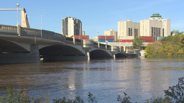 Photo du pont Norwood qui enjambe la rivière Rouge à Winnipeg.