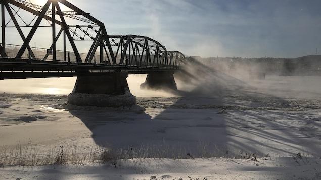 Le pont surplombe la rivière Saguenay.