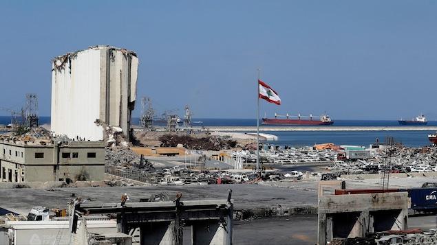 Une vue générale du port ravagé de Beyrouth.