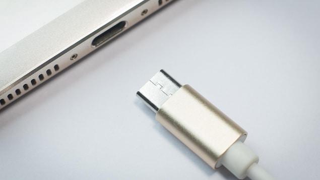 Un fil de recharge près d'un port de recharge de tablette.