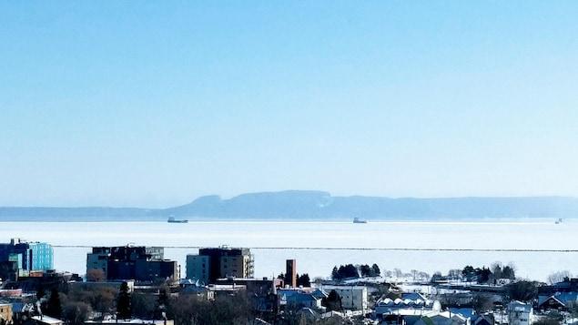 Des bateaux circulent sur le lac Supérieur en face de Thunder Bay.