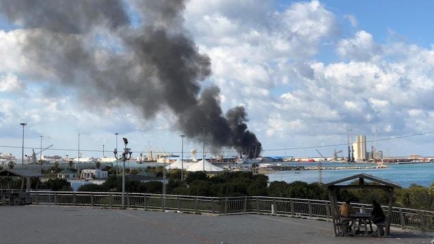 La fumée s'élève du port de Tripoli après un bombardement le 18 février 2020.