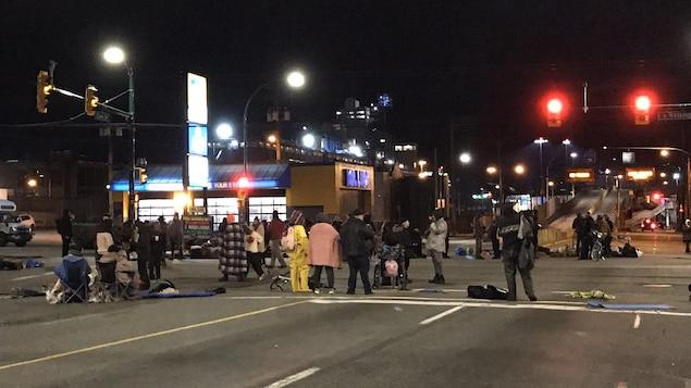Des manifestants occupent l'intersection des rues Clark et Hastings Est à Vancouver.