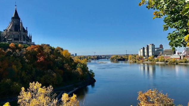 Vue du parlement, de la rivière des Outaouais et du Vieux-Hullé