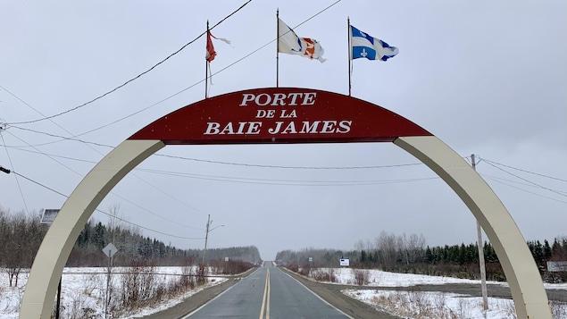 Une arche qui surplombe la route portant l'inscription « Porte de la Baie James ».