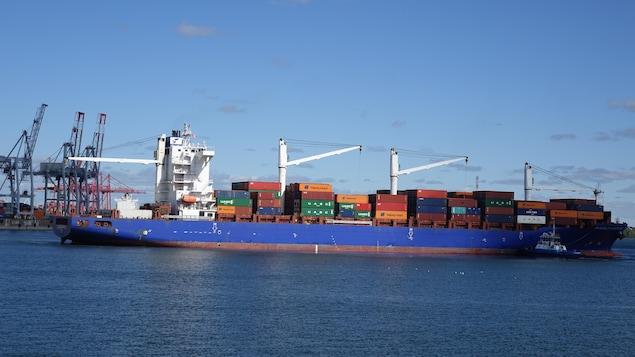 Arrivée d'un porte-conteneurs dans le port de Montréal