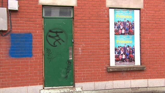 Une porte de la fumerie de crack qui sera reconvertie, dans le quartier Hochelaga, à Montréal