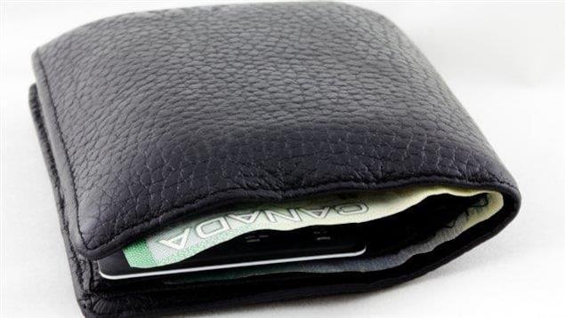 Un portefeuille duquel on voit dépasser un billet de banque canadien.