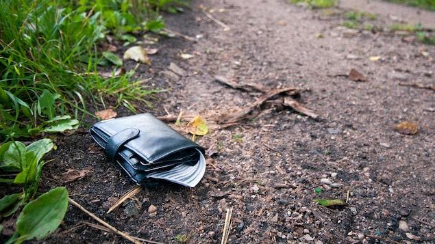 Un portefeuille perdu sur le bord d'un chemin.