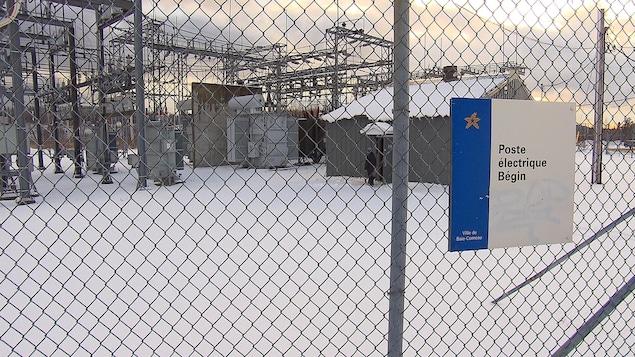 Le poste électrique derrière un grillage sous la neige.