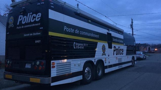 Le poste de commandement de la Sûreté du Québec devant l'endroit où le meurtre aurait été commis.