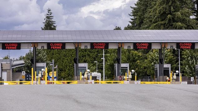 Les voies fermées au poste frontière de Douglas-Peace Arch, à Surrey.