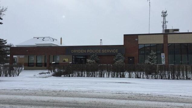 Un poste de police en hiver