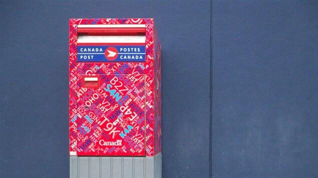 Une boîte aux lettres de Postes Canada.
