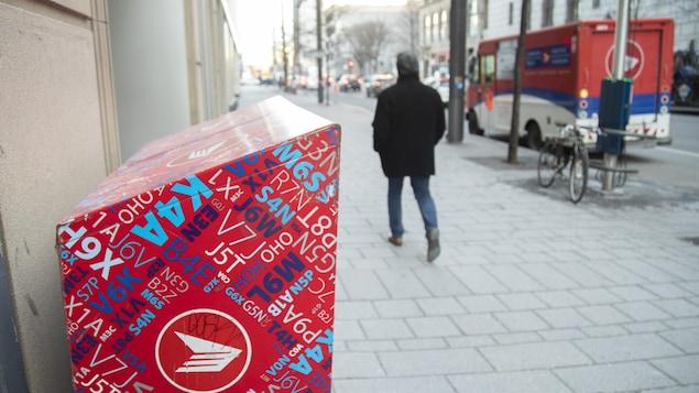 Une boîte aux lettres de Postes Canada du centre-ville de Montréal.