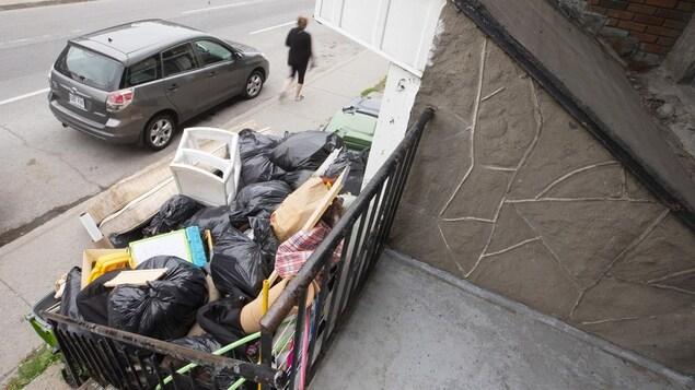 Un immense tas d'ordures entassés devant un immeuble.