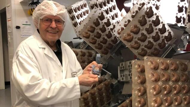 Un employés avec des poules en chocolat.