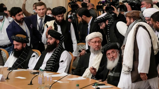 Des talibans se concertent autour d'une table.