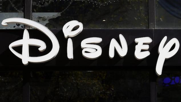 Photo du logo de Disney prise le 20 septembre 2017 sur l'avenue des Champs-Élysées à Paris.