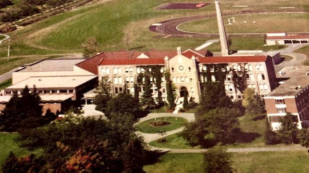 On voit une ancienne photo du Collège Grenville dans l'album des finissants de l'établissement dans les années 1980.
