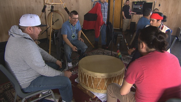 Des joueurs de tambour de Pow-Wow