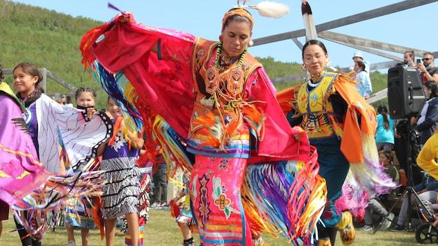 سيّدة من السكّان الأصليّين ترتدي أزياء تقليديّة وترقص في مهرجان بو وو.